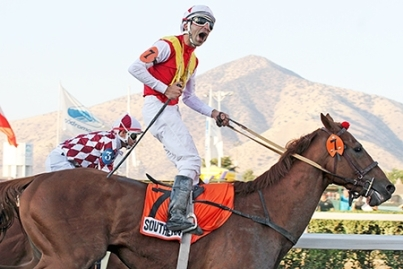 Gonzalo Ulloa sobre Southern Cat (CHI) ganando el St Leger de Chile Foto Cortesia de http://www.haraspasonevado.com