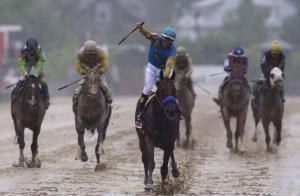 American Pharoah (USA) ganando el Preakness Stakes